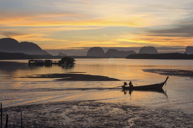 Salida del sol en el pueblo pesquero  fotos de archivo