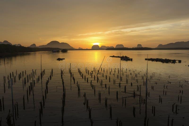 Salida del sol en el pueblo pesquero  imágenes de archivo libres de regalías