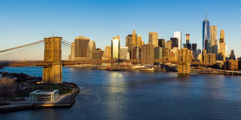 Salida del sol en el puente de Brooklyn y los rascacielos del Lower Manhattan New York City foto de archivo