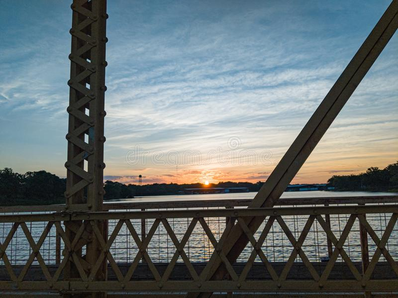Salida del sol en el puente imagen de archivo