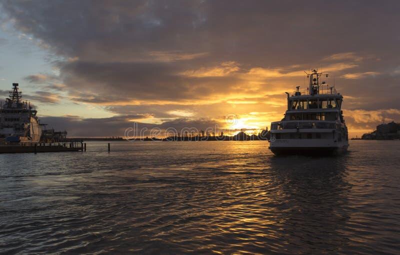 Salida del sol en el puerto de Helsinki foto de archivo
