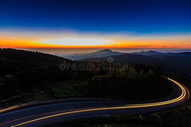 Salida del sol en el punto de opinión de parque nacional de Doi Intanon, Chiang Mai Thai foto de archivo