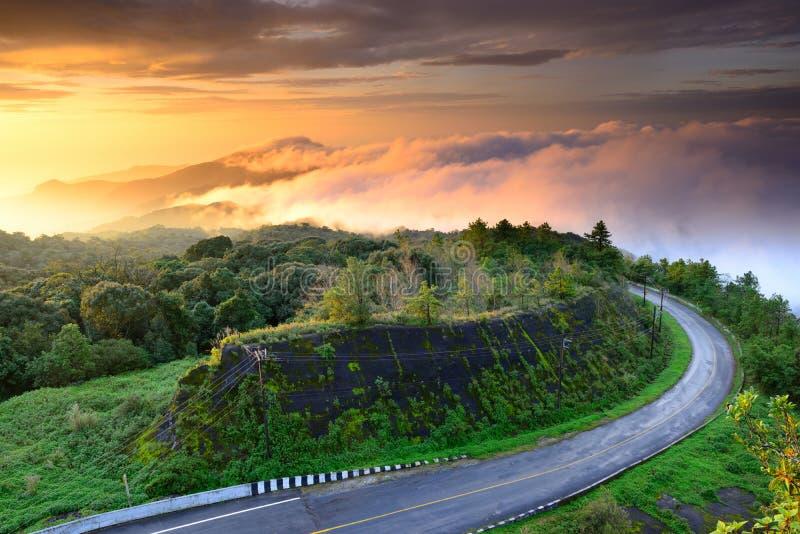 Salida del sol en el punto de opinión de parque nacional de Doi Intanon, Tailandia fotografía de archivo