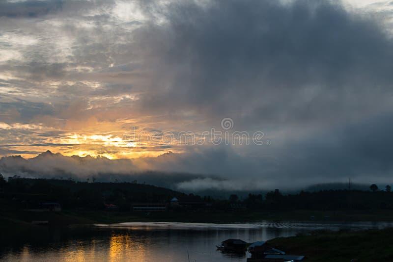 salida del sol en el río fotografía de archivo