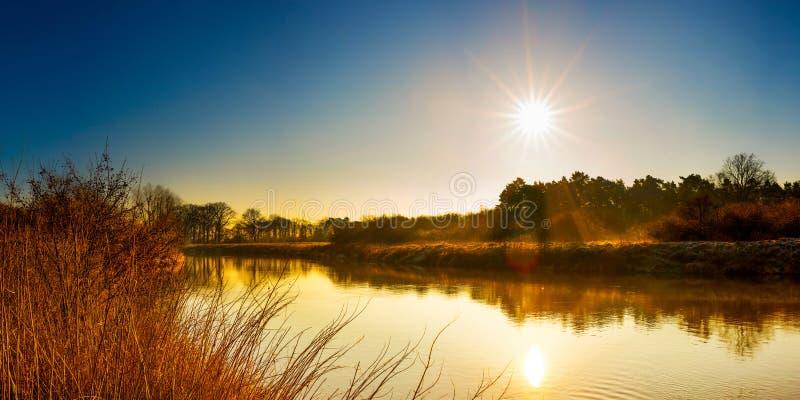 Salida del sol en el río imagenes de archivo
