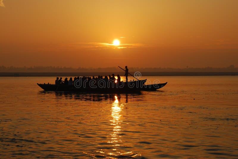 Salida del sol en el río de Ganga foto de archivo libre de regalías