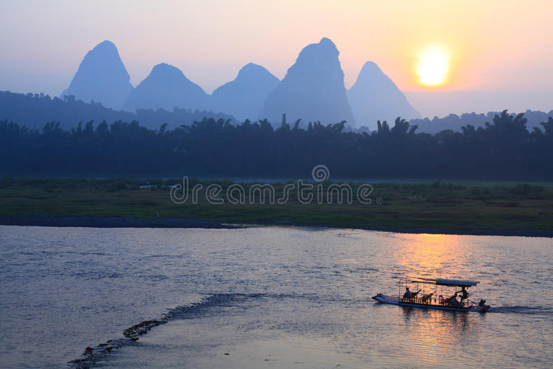 Salida del sol en el río de Li fotos de archivo