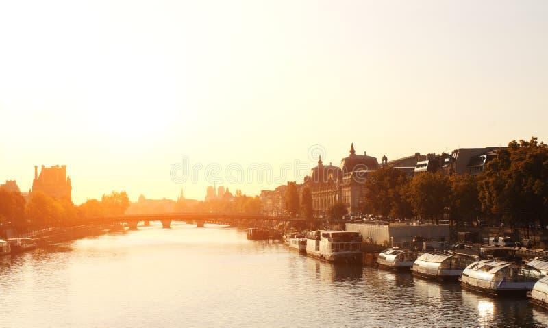 Salida del sol en el río el Sena, París, Francia fotos de archivo