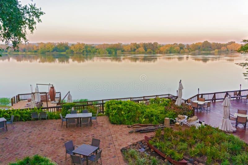 Salida del sol en el río Zambezi en Zambia imágenes de archivo libres de regalías