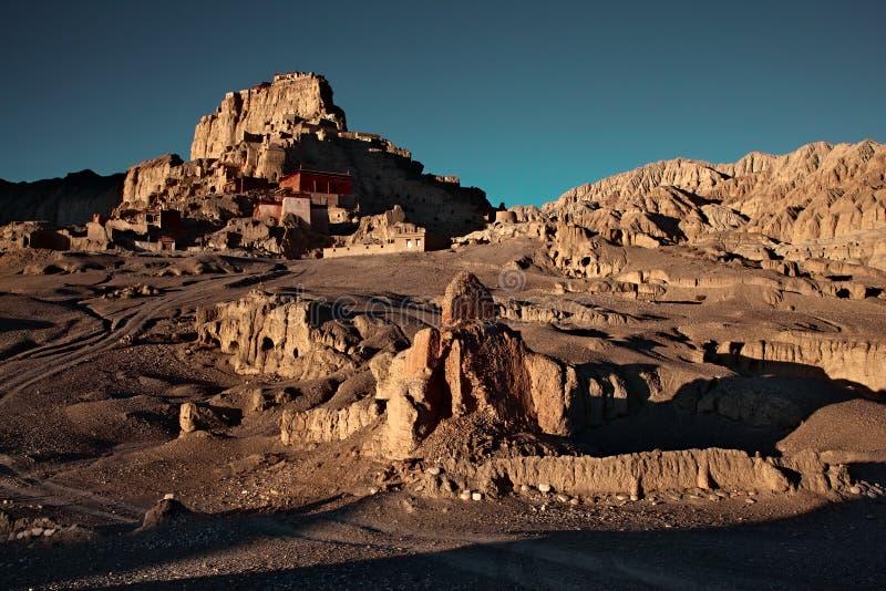 Salida del sol en el Reino de Guge de las ruinas de Tíbet imagenes de archivo