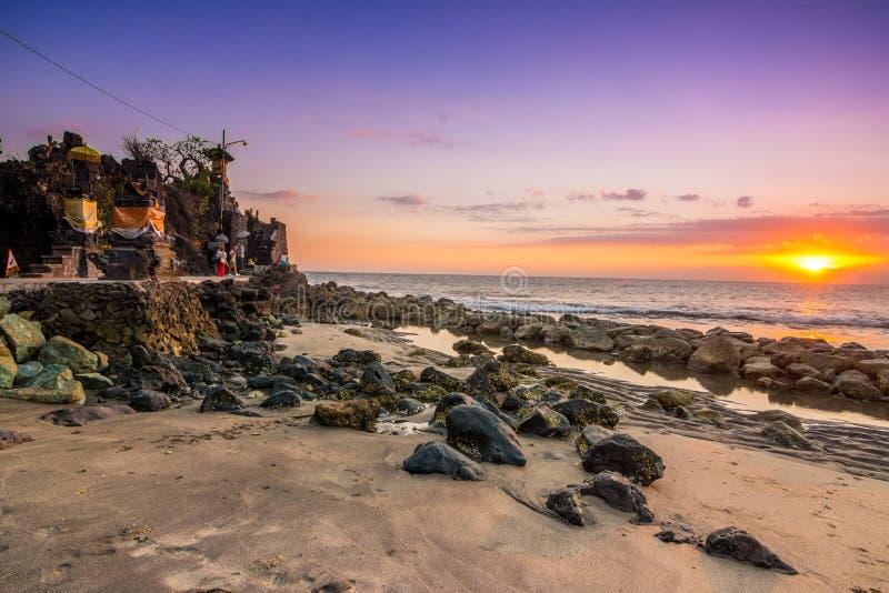Salida del sol en el santuario del bolong del batu, Indonesia imagen de archivo
