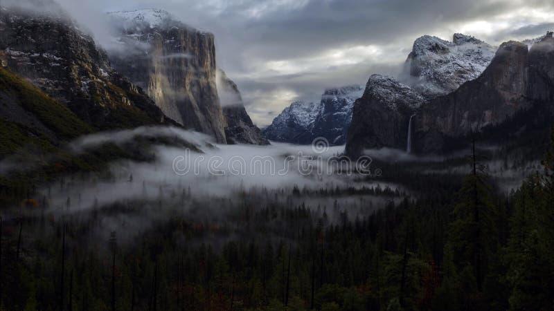 Salida del sol en el valle de Yosemite, parque nacional de Yosemite, California imágenes de archivo libres de regalías