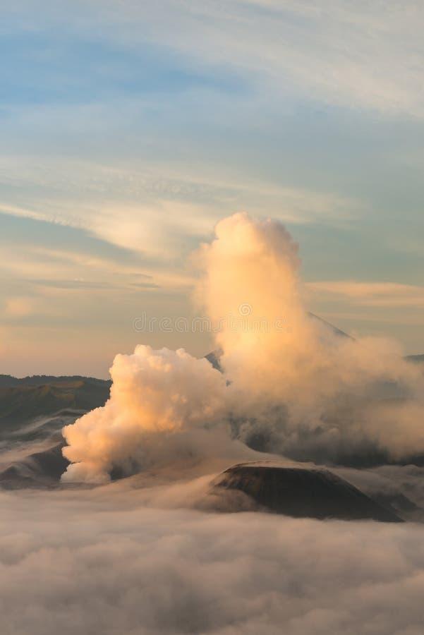 Salida del sol en el volcán de Bromo del soporte fotografía de archivo