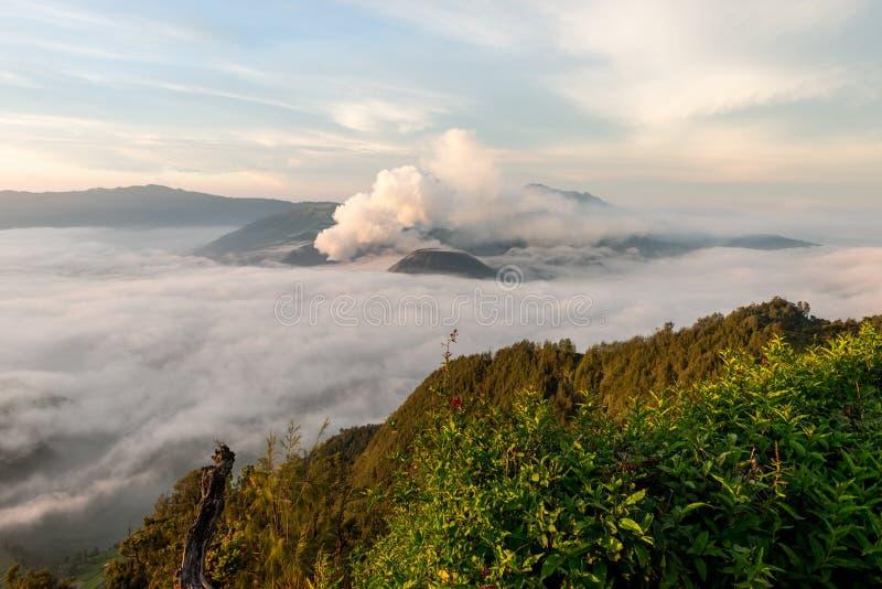 Salida del sol en el volcán de Bromo del soporte foto de archivo