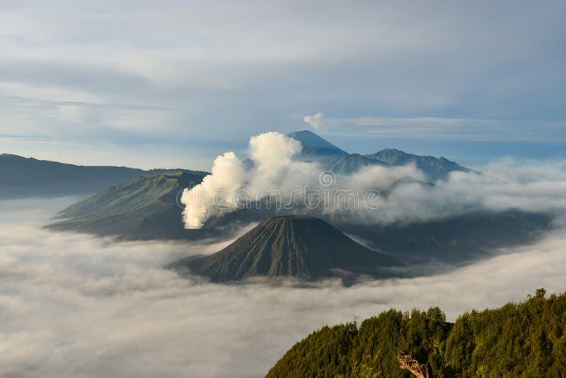 Salida del sol en el volcán de Bromo del soporte fotos de archivo