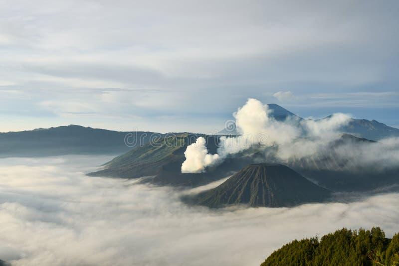 Salida del sol en el volcán de Bromo del soporte imagen de archivo
