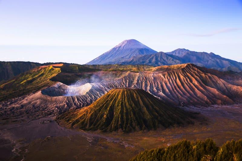 Salida del sol en el volcán de Bromo del soporte, Indonesia imágenes de archivo libres de regalías