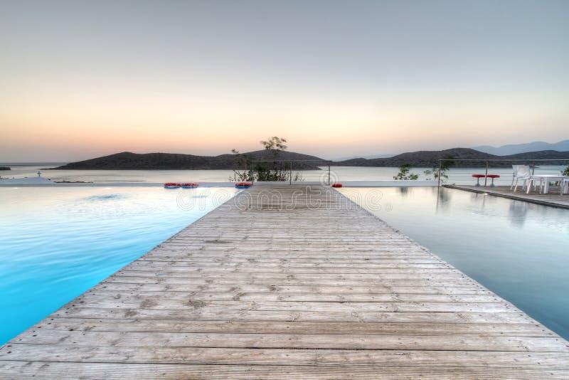 Salida del sol en la bahía de Mirabello en Creta