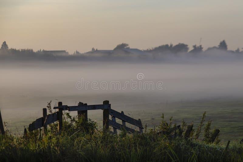 Salida del sol en la barrera holandesa del dique del canal fotografía de archivo