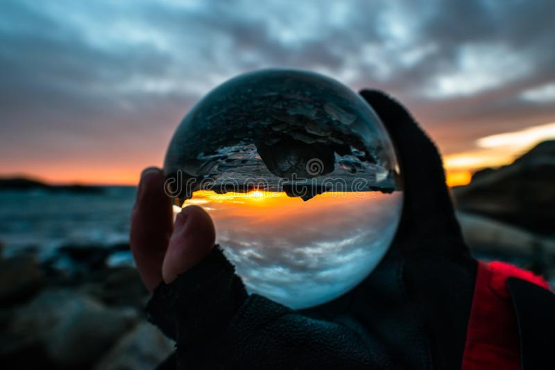 Salida del sol en la bola de cristal, Eftang, Larvik, Noruega imagen de archivo
