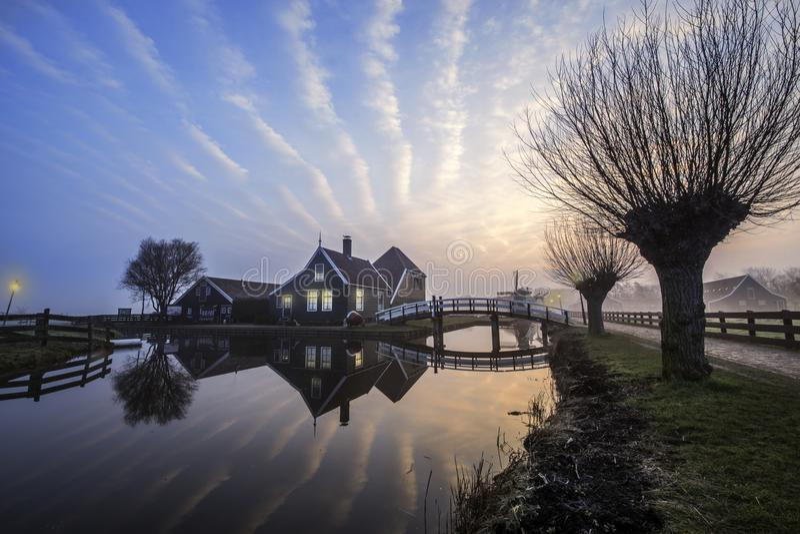 Salida del sol en la casa de madera de Zaanse Schans imagen de archivo libre de regalías