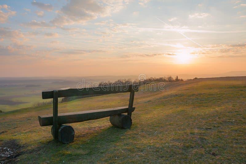 Salida del sol en la colina del hesselberg, con el banco solo fotos de archivo libres de regalías
