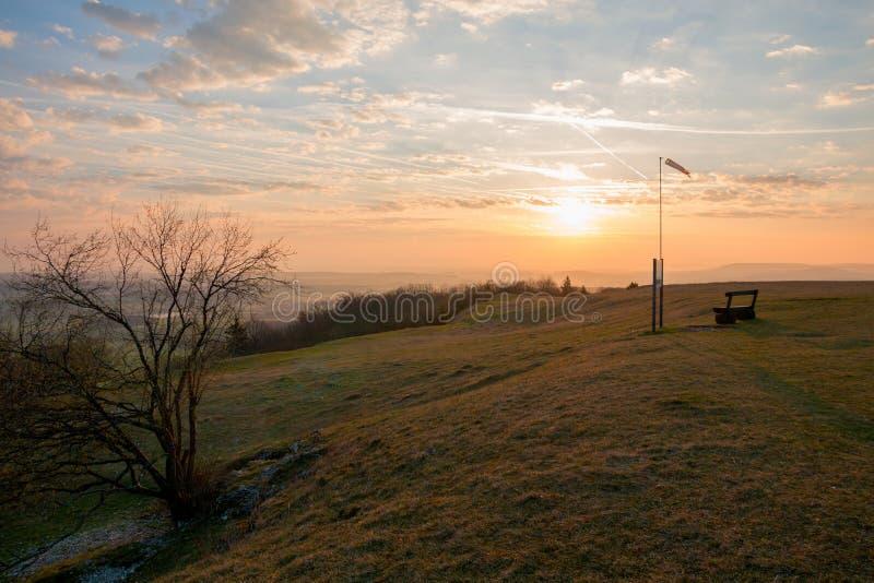 Salida del sol en la colina del hesselberg, con el cielo hermoso fotografía de archivo libre de regalías