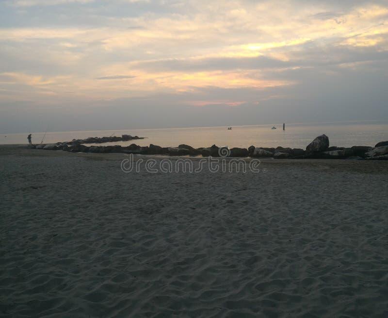 Salida del sol en la costa fotografía de archivo