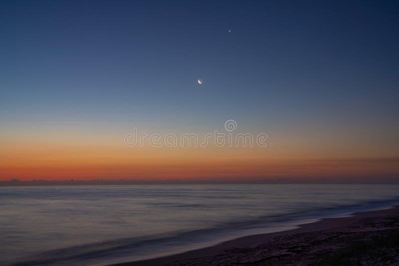 Salida del sol en la costa del espacio fotografía de archivo