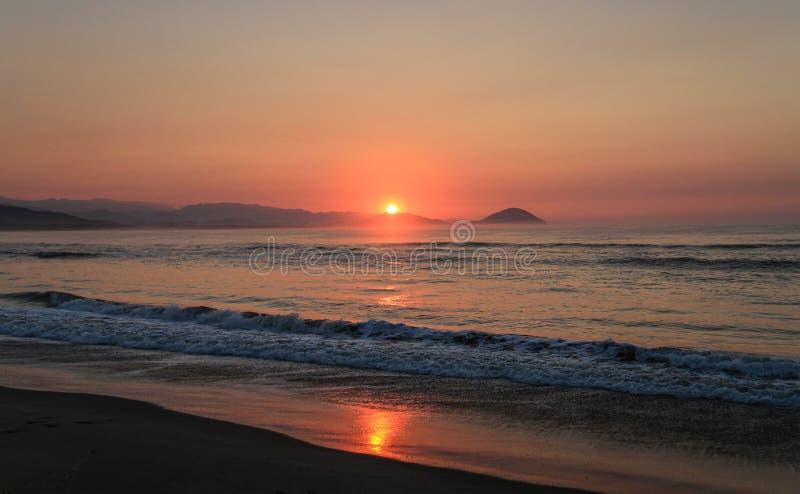Salida del sol en la costa hermosa del parque nacional de Chacahua, Oaxaca, México imagen de archivo