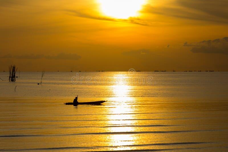 Salida del sol en la costa del mar fotos de archivo