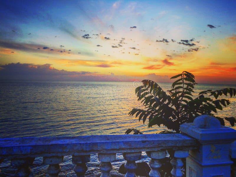 Salida del sol en la costa del mar Caspio imagen de archivo libre de regalías