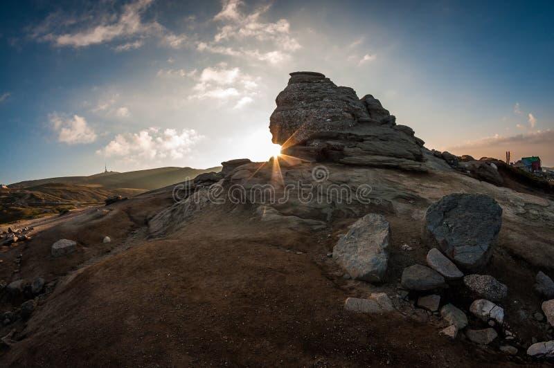 Salida del sol en la esfinge rumana imágenes de archivo libres de regalías