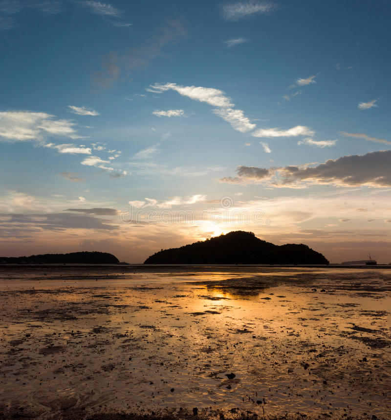 Salida del sol en la isla, marea abajo de la playa hasta la poder del ojo imágenes de archivo libres de regalías