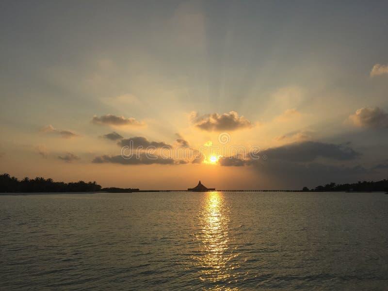 Salida del sol en la isla tropical imagen de archivo libre de regalías
