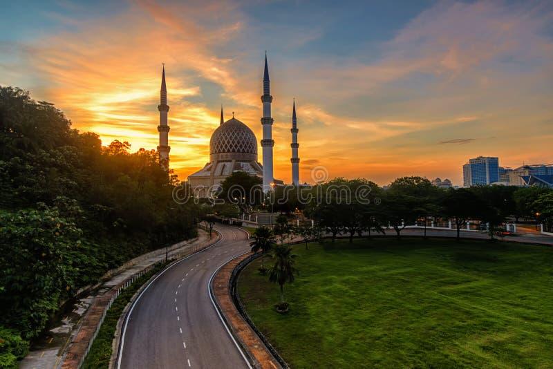 Salida del sol en la mezquita hermosa de Sultan Salahuddin Abdul Aziz Shah, Shah Alam foto de archivo libre de regalías