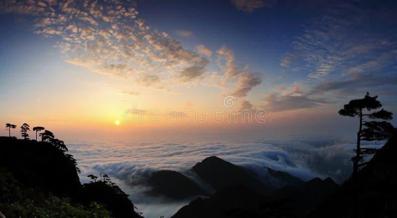 Salida del sol en la montaña fotografía de archivo