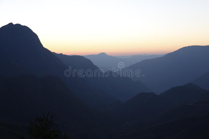 Salida del sol en la montaña 2 foto de archivo libre de regalías