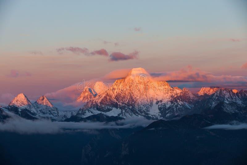 Salida del sol en la montaña de la nieve del oro en Manachajin en Sichuan de China foto de archivo