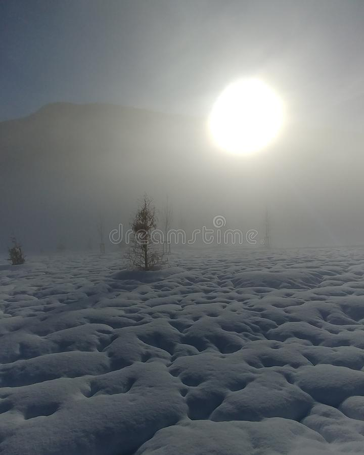 Salida del sol en la nieve imágenes de archivo libres de regalías