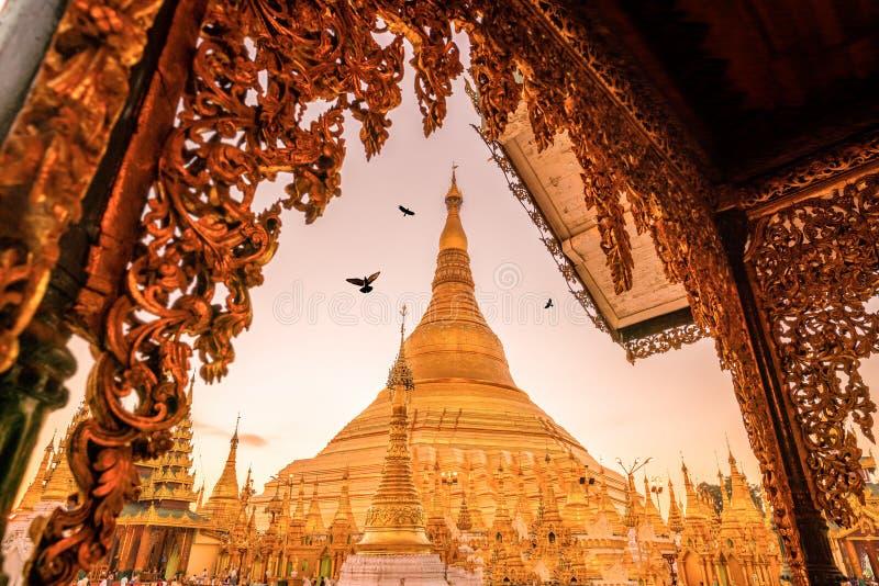 Salida del sol en la pagoda de Shwedagon en Rangún foto de archivo