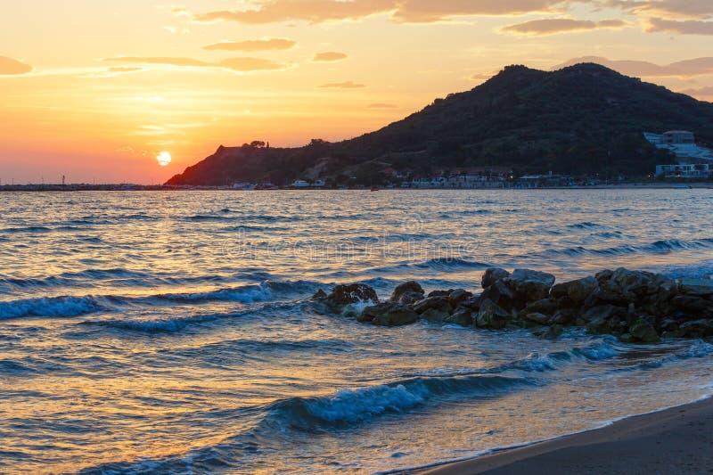Salida del sol en la playa (Alykes, Zakynthos, Grecia) imágenes de archivo libres de regalías