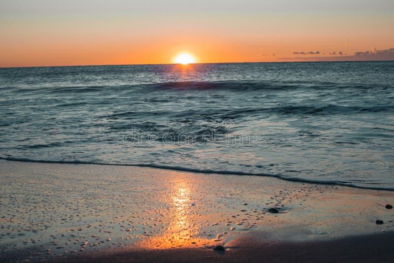 Salida del sol en la playa de Barcelona fotografía de archivo libre de regalías