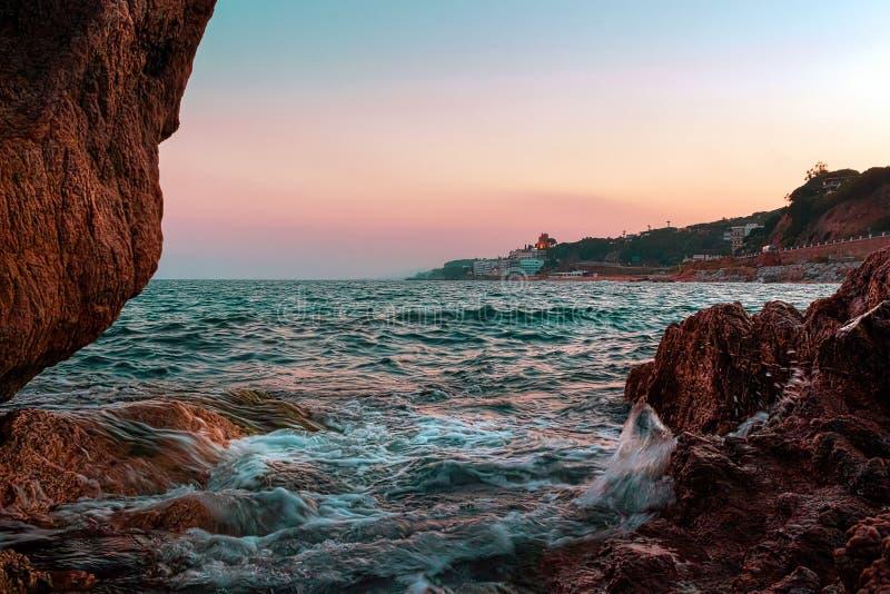 Salida del sol en la playa de Calella cerca de Barcelona, Cataluña, España fotos de archivo libres de regalías