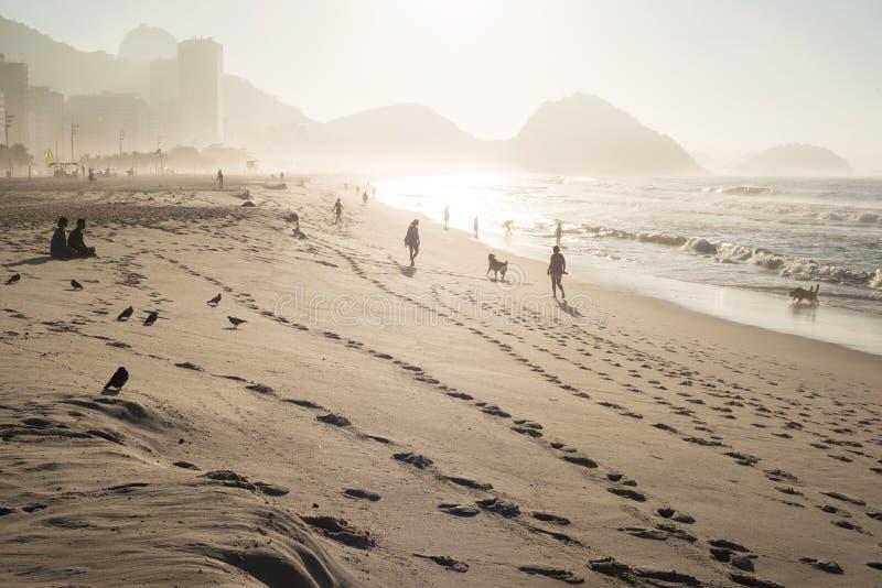 Salida del sol en la playa de Copacabana imagen de archivo