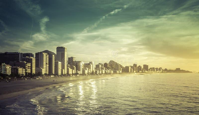 Salida del sol en la playa de Ipanema en Rio de Janeiro foto de archivo libre de regalías