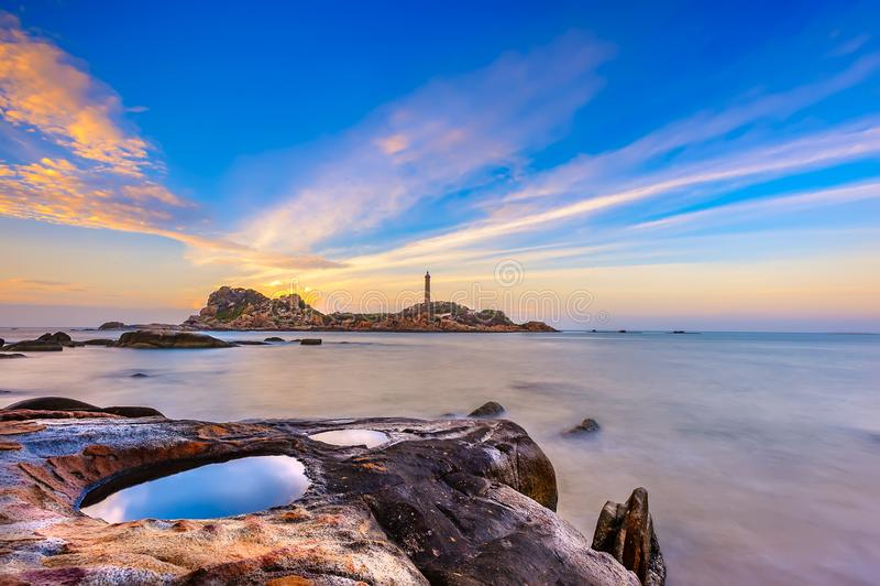 Salida del sol en la playa de KE GA en Vietnam foto de archivo libre de regalías