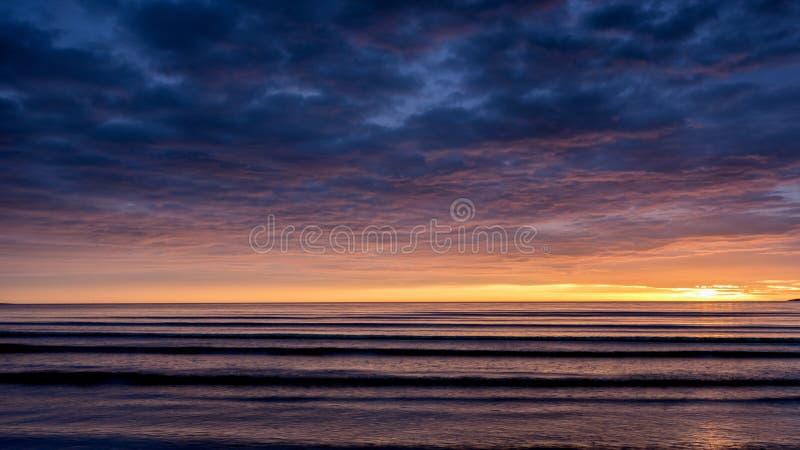 Salida del sol en la playa de Malahide imágenes de archivo libres de regalías