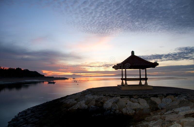 Salida del sol en la playa de Sanur, Bali imagen de archivo libre de regalías