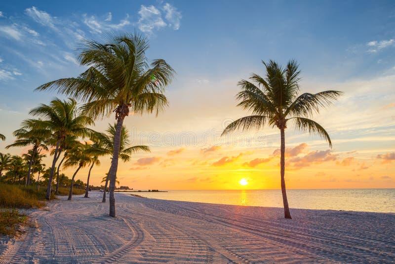 Salida del sol en la playa de Smathers fotos de archivo